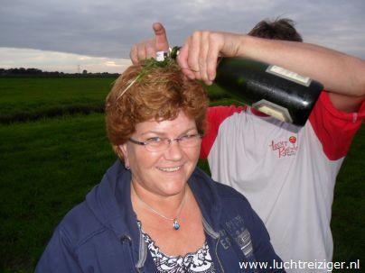 Luchbarones, gedoopt en wel na ballonvaart van Waddinxveen naar Haastrecht