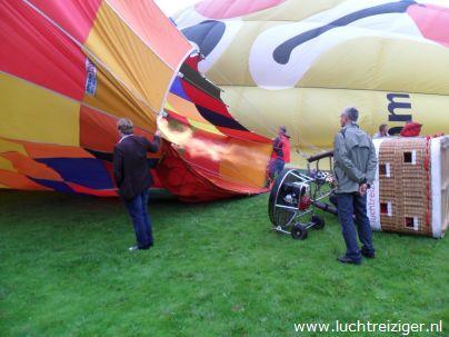 Inflaten van heteluchtballon in het Vondelpark in papendrecht