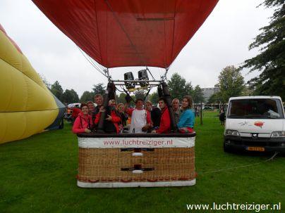 Klaar voor vertrek met luchtballon vanuit Vondelpark te Papendrecht