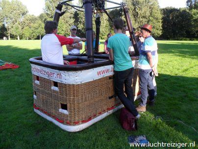 Luchtballon opbouwen in Capelle aan den IJssel