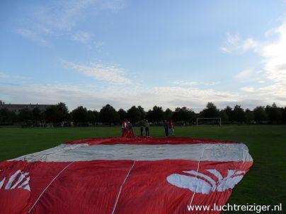 luchtballon ligt klaar in Alphen aan den Rijn