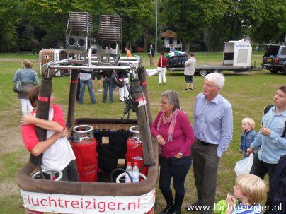 Vertrek met luchtballon uit Woerden, vanaf het Exercitieterrein