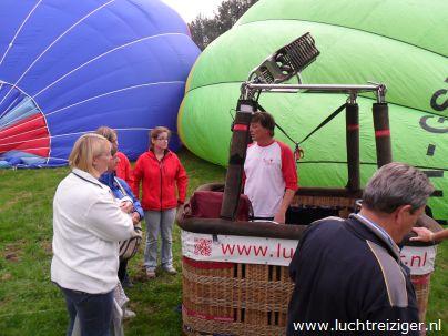Laatste instructies in Gouwebos, Waddinxveen, voor ballonvaart naar Cabauw