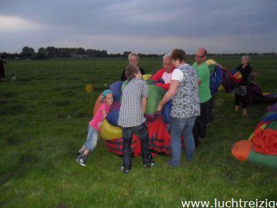Het bergen van de luchtballon in Bodegraven.