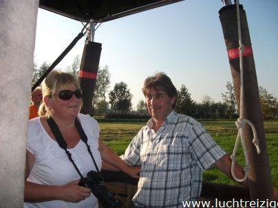 Met meerdere luchtballonnen maakten we ballonvaarten van Stolwijk, midden in het Groene Hart van Zuid-Holland, naar Lopik in de Lopikerwaard. Het uitzicht was prachtig en de weersomstandigheden uitstekent. Ballonvaren in Zuid-Holland is een ware belevenis. Na Het ballonvaren volgt de champagnedoop, waarbij de geschiedenis van de ballonvaart, gestart in 1783 met de gebroeders Montgolfiere, verteld.