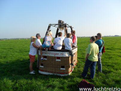 Uitleg van de piloot voor de ballonvaarten vanuit Stolwijk naar Lopik, Groene Hart te Zuid Holland