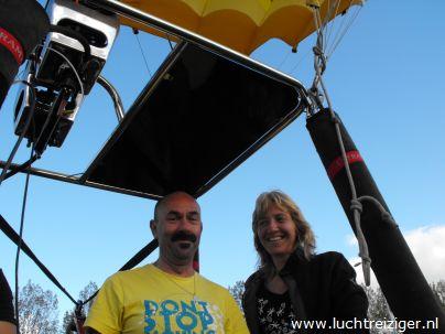Laatste check van piloot Patrick in luchtballon van de Luchtreiziger Ballonvaarten uit Vlaardingen. Opstijgen in Montfoort, landen in Schoonhoven. Uitzicht over het Groene Hart van Zuid-Holland, of preciezer nog: de Lopikerwaard