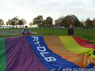 Passagiers helpen met de luchtballon t.b.v. ballonvaart vanuit Gorinchem