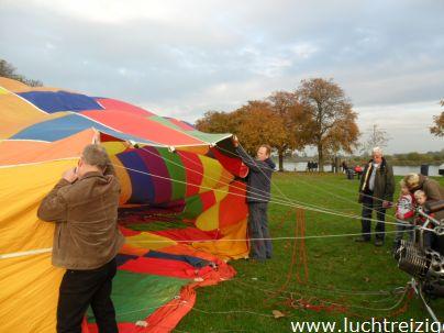 Het opblazen van de luchtballon in Gorinchem, om te landen in Lexmond, vlakbij Schoonhoven maar aan de zuidkant van de lek
