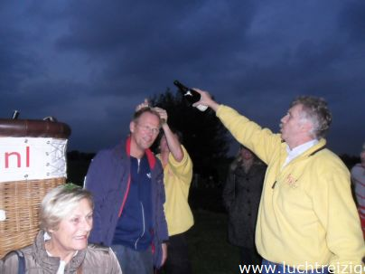 Passsagiers worden gedoopt na afloop van onze ballonvaarten