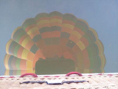 De PH-DLB in het water weerspiegelend. Peter Kelder maakte deze foto tijdens de ballonvaart van Gorinchem naar Leerdam