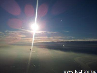Hoog in de lucht ziet het landschap van Zuid -Holland er zo uit. Kijk eens naar de prachtige zon!