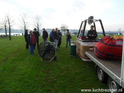 Buiten de Waterpoort is de startplk voor De Luchtreiziger Ballonvaarten. Van Gorinchem is de ballonvaart voortgezet naar Leerdam. In Leerdam is de luchtballon geborgen en opgeruimd, 1na de de champagnedoop plaatsvond. Het uitzicht was schitterend. Een prachtige ballonvaart.