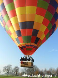 Luchtballon PH-DLB hangt boven Gorinchem om uiteindelijk in Leerdam te landen. Ballonvaarten in Zuid-Holland, Groene Hart, is