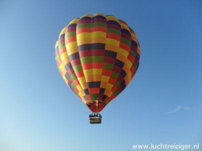 Luchtballon PH-DLB hangt boven Gorinchem om uiteindelijk in Leerdam te landen. Ballonvaarten in Zuid-Holland, Groene Hart, is de specialiteit van de Luchtreiziger Ballonvaarten uit Vlaardingen.