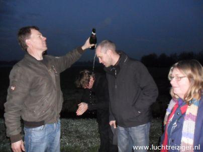Champagnedoop na ballonvaart van Gorinchem naar Leerdam. Ballonvaart ging over het Groene Hart van Zuid-Holland. Er werd gestart vanaf recreatiegebied Buiten de Waterpoort. Ballonvaren werd afgesloten met champagnedoop.