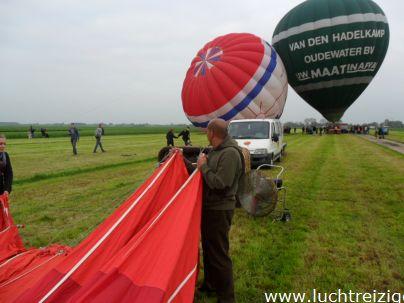 Ballonvaart vanaf oudewater, Snelrewaard over Woerden naar het Woerdens Verlaat. Luchtballon wordt handmatig op parkeerplaats geduwd voor de berging.