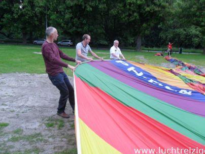 Ballonvaart met de Luchtreiziger Ballonvaarten vanaf Woerden over Kockengen naar Nieuw ter Aa. Mooi rustig weer maakt ballonvaren prachtig. Allemaal tevreden passagiers aan boord. De Luchtballon prepareren.